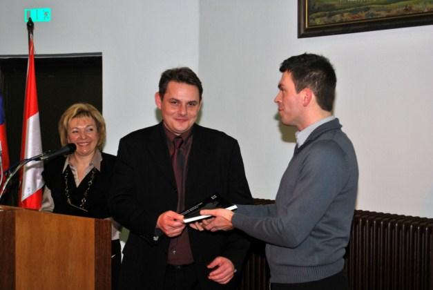 Predaja zbornika županu Šentjurja, mag. Marku Diaciju