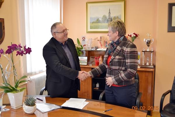 Županja občine Kozje in izvajalec del sta si po podpisu pogodbe segla v roki.