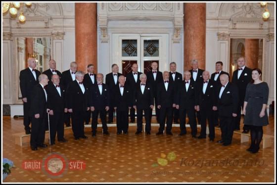 Moški pevski zbor Rogaška z dirigentko prof. Metko Lorger