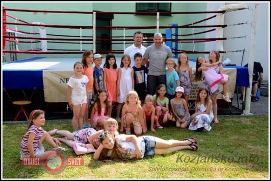 Tudi najmlajši so izkoristili priložnost in se fotografirali s slovenskim boksarskim šampionom Dejanom Zavcem.