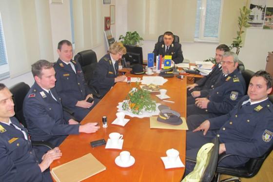 Župan je s predsedniki gasilskih društev Občine Podčetrtek in predstavnikom Gasilske zveze Šmarje pri Jelšah podpisal pogodbo o sofinanciranju delovanja za leto 2016.