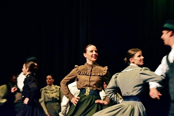 Mladinska folklorna skupina Lintvar z meščanskimi oblačili; foto: Gašper Gobec