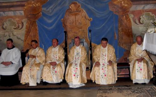 Velika maša v Olimju, ki jo je vodil upokojeni škof Marjan Turnšek. Slika iz spletne strani www.olimje.net.