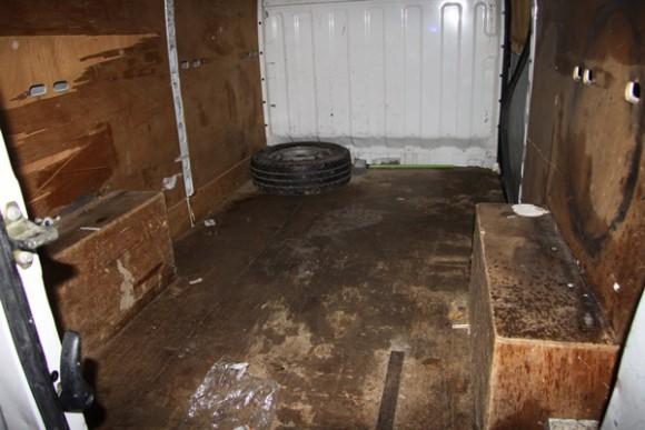 Notranjost kombija, v katerem je bilo 21 prebežnikov.