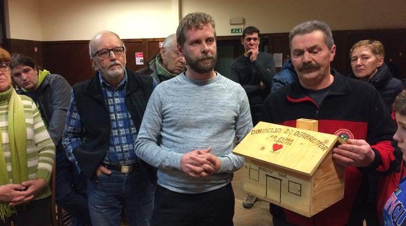 """Primož Velikonja in Adi Lebič s """"hranilnikom"""", v katerem so se zbirale prostovoljne donacije"""