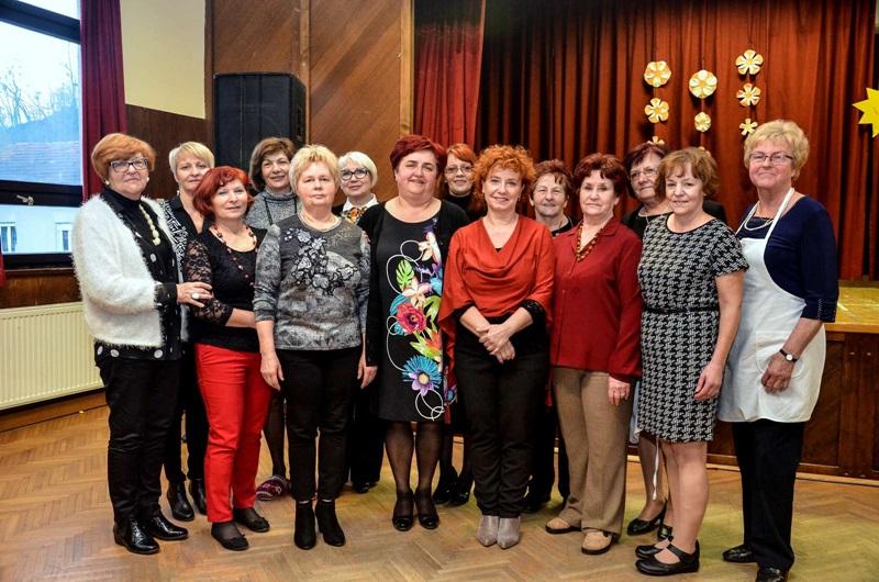 Predsednica Društva žena Rogatec z upravnim odborom.