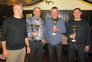 Kapetani najboljših treh ekip so prejeli pokale.