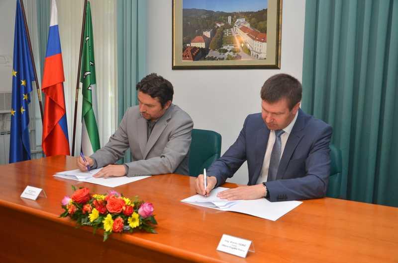 Pogodbi sta podpisala župan občine, Mag. Branko Kidrič, in g. Igor Hvastja, direktor na javnem razpisu izbrane družbe Makro 5 gradnje.