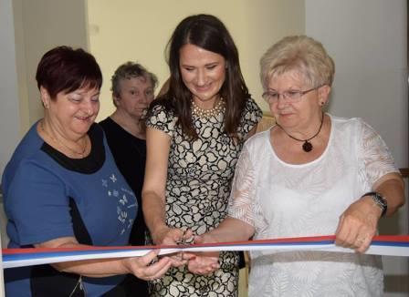 Pri rezanju traku je sodelovala tudi direktorica DSŠ Vesna Vodišek Razboršek (na sredi)