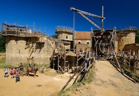 V Guedelonu gradijo grad na star način