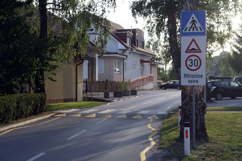 Omejitev 30 km/h po trditvah policije velja le za hitrostno oviro