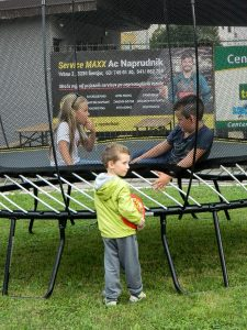 Otroci so se igrali tudi na trampolinu.