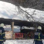 Pri Šentvidu gasilci odstranili drevo z gospodarskega poslopja (foto)