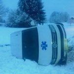 Pri Podčetrtku reševalno vozilo na bok (foto)