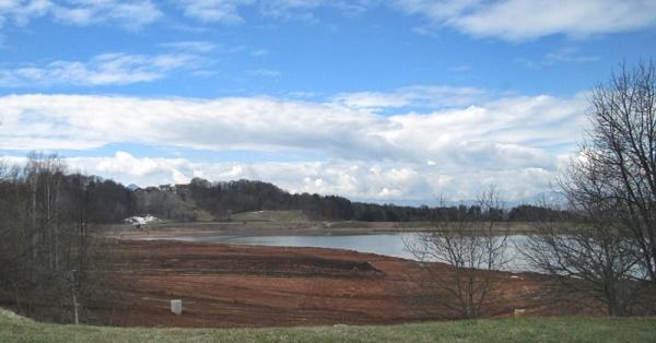 Pogled na deponijo, ki delno sega v šentjursko območje