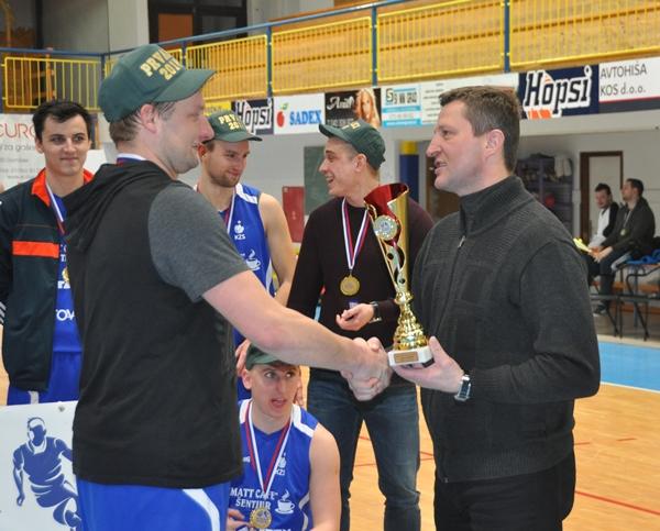 Pokal je podellil župan Občine Polzela Jože Kužnik