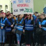 Stavka šolnikov na Krekovem trgu v Celju: povedali so nam, zakaj so prišli na ulice. Javnost pa si misli svoje …