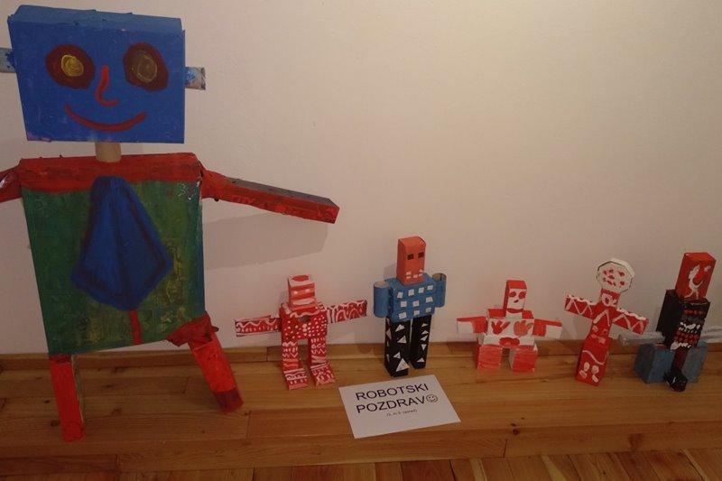razstava_robotski-pozdrav-ob-vhodu-na-razstavo
