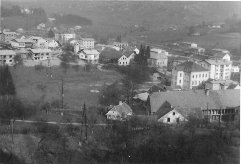 Fotografija Šmarja pri Jelšah iz leta 1970, ko je na mestu sedanjega Kulturnega doma zevala še velika travnata luknja (vir foto: arhiv JZ KD Knjižnica Šmarje pri Jelšah)
