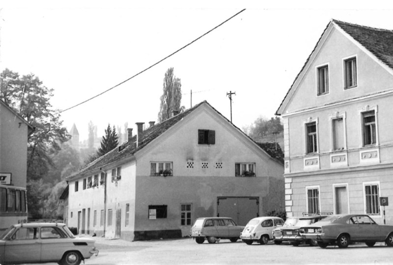 Vozni park pomembnih Šmarčanov, parkiran pred objektom današnjega Vialli bara (foto: arhiv JZ Knjižnica Šmarje)