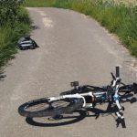 Pri Podčetrtku huje poškodovana kolesarka, ki je vlekla otroka