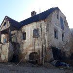 Stara hiša v Lesičnem: ni več spomenik lokalnega pomena, načrti o turistični atrakciji pa propadli