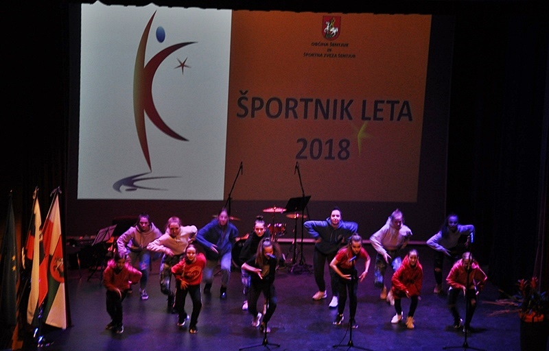 Izredno uspešne mlade plesalke so svojo gibčnost pokazele tudi na odru