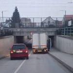 Tovorno vozilo s ceste pri Šentvidu, v Šentjurju zaprt podvoz
