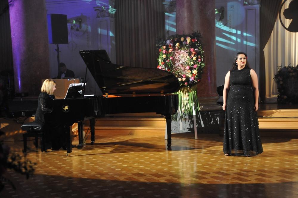 sopranistka-zala-hodnik-in-pianistka-aleksandra-naumovski-potisk