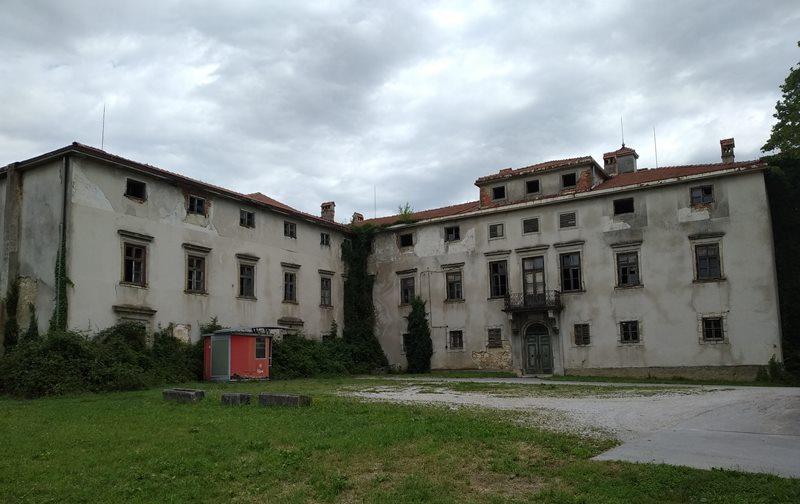 Levo krilo naj bi porušili in zgradili na novo (foto: Kozjansko.info)