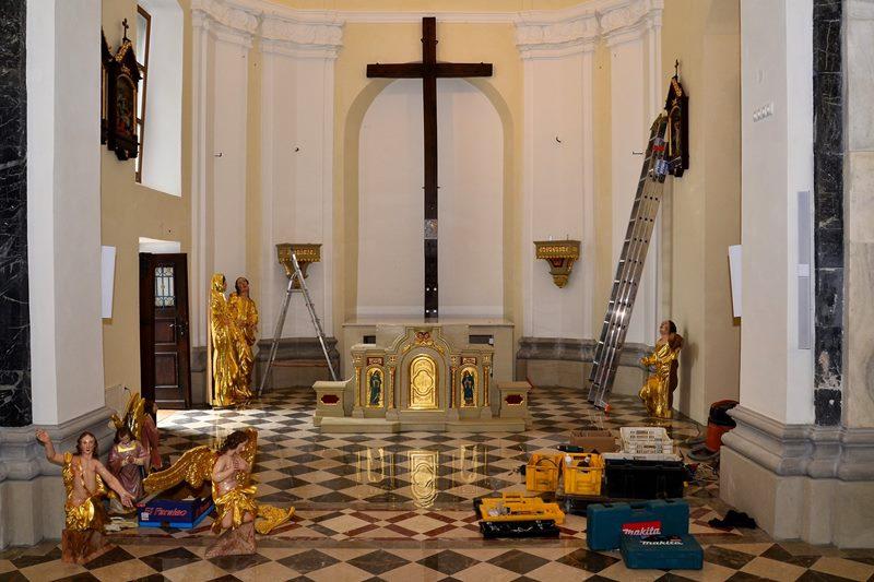 Stranska oltarja so prenovili v originalnem baročnem stilu (foto: FB obnova cerkve)