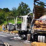 Goreči kamion gasila tri PGD (dopolnjeno)