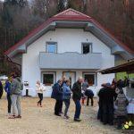 Družina Jurše po požaru v obnovljenem domu, obnavlja se tudi hlev družine Škorjak (foto)
