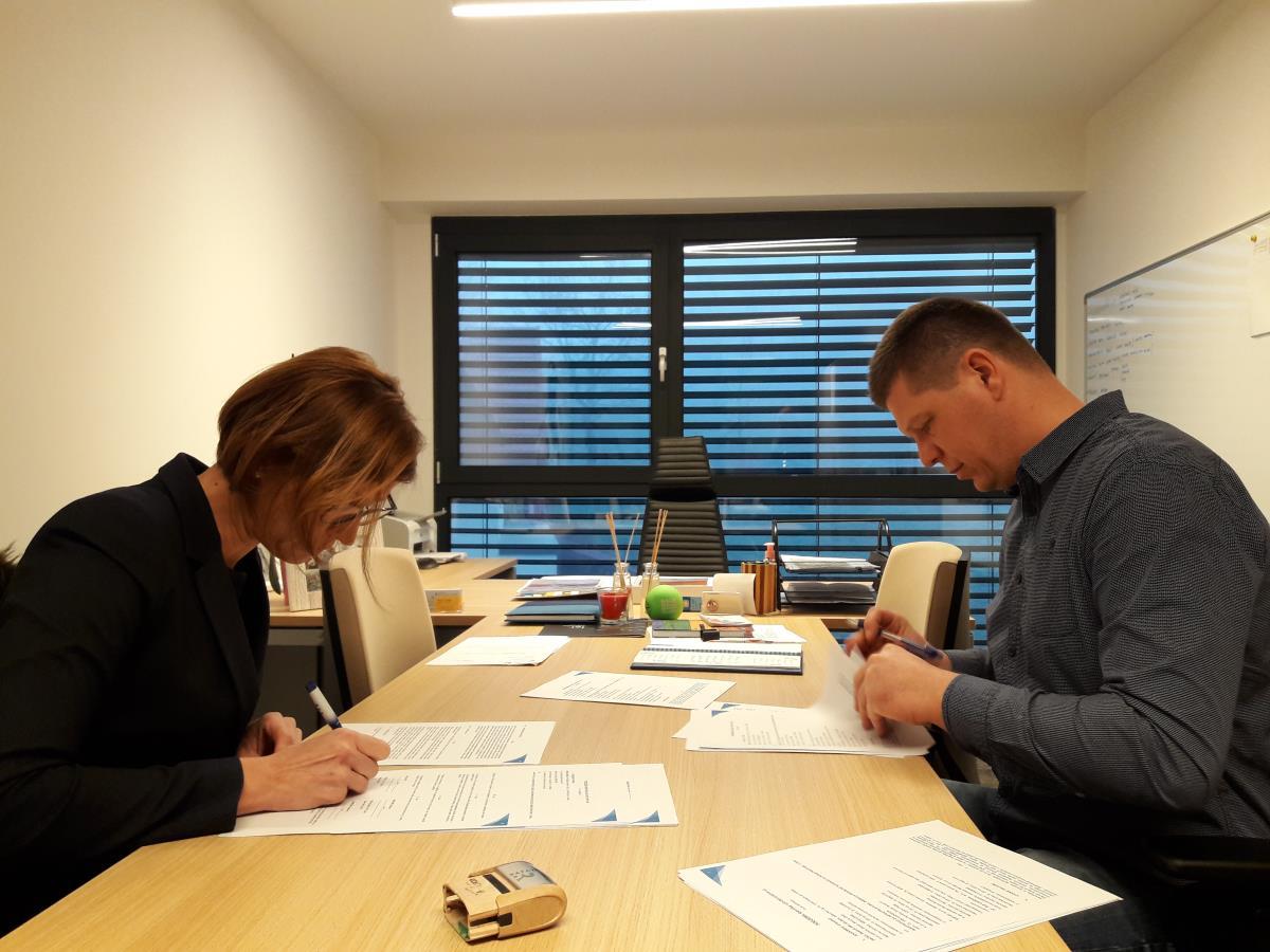 Pogodbo sta podpisala župan Matija Čakš in Marija Možina, direktorica podjetja Rafael.