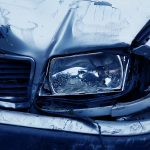 Pri trku z drevesom poškodovan voznik, gorelo v bližini kurilne peči