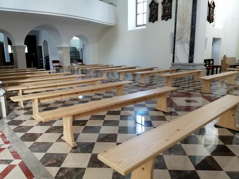 Klopi v šmarski cerkvi so razmaknjene na zahtevano razdaljo ...