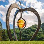 Križišče v Kozjem krasi skuptura jabolka (foto)