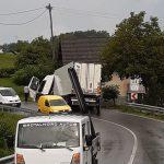 Pri Šmarju tovornjak s ceste