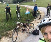 S kolesom v šolo z učiteljico Magdo Doberšek.