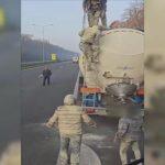 V cisterni slatinskega podjetja se je prevažalo več migrantov (foto, video)