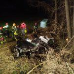 Pijan voznik začetnik povzročil nesrečo s hudimi telesnimi poškodbami. Prehitra voznica v potok