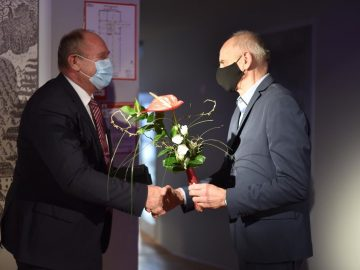 Priznanje Jožefu Čakšu je izročil odgovorni urednik Rogaških novic Jože Strniša. Foto Foto Zorin