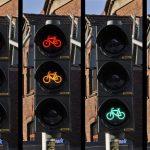 Nov prometni zakon: nižje kazni za prehitro vožnjo, višje za uporabo telefona, dovoljeno zavijanje desno pri rdeči,…